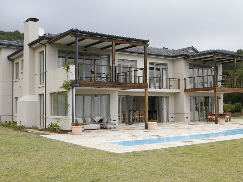 Spacious Villa With Panoramic Lagoon Views And A Private 20 Metre Pool, holiday rental in Brenton-on-Sea