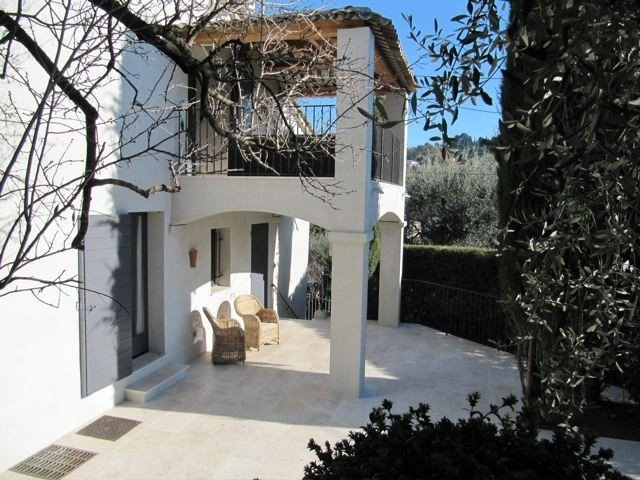 Renovated 3 bed Mougins villa with sea view - 250m from shops, Ferienwohnung in Mougins