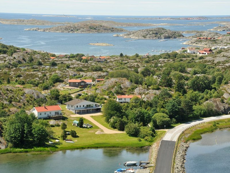 Villa med vacker utsikt över havsvik och spännande berg i bakgrunden – semesterbostad i Halleviksstrand