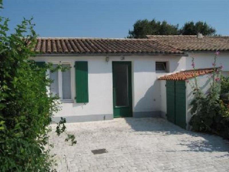Maison de charme prés de la plage et du centre du village d'Ars en Ré,  Wi-Fi, holiday rental in Ile de Re