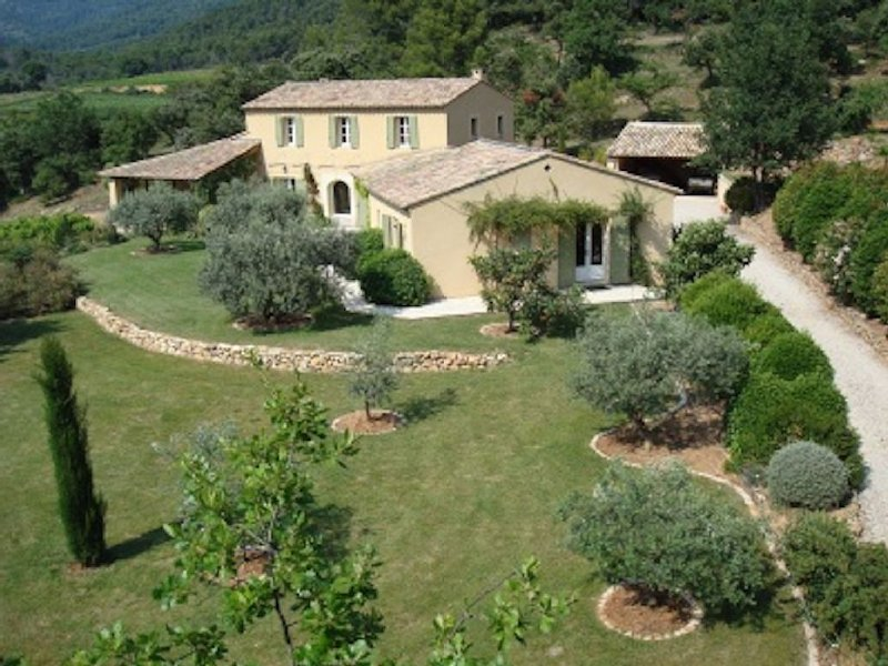 Stunning family house & pool close to Mt Ventoux set in woodland and vineyards, vacation rental in Le Barroux