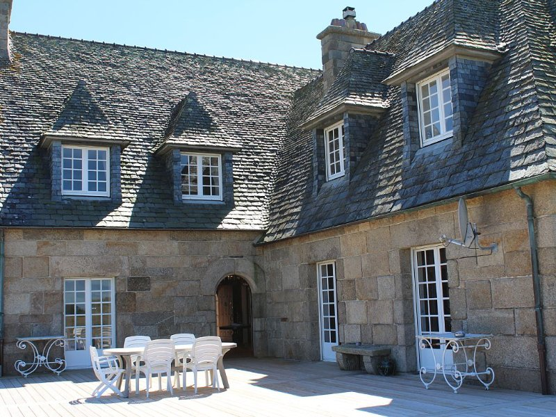 Großes Bretonisches Herrenhaus aus Granit - direkt am Meer und am Leuchtturm, holiday rental in Plouguerneau