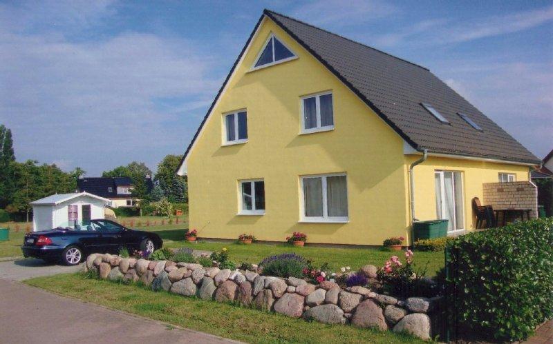 Modernes Ferienhaus mitTerasse und Garten in Stralsunds Umgebung nahe zum Wasser, holiday rental in Gross Mohrdorf