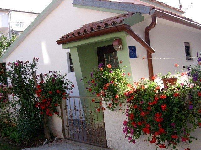 Separates Häuschen, voll ausgestattet, 1500 m vom Strand entfernt, vacation rental in Pula
