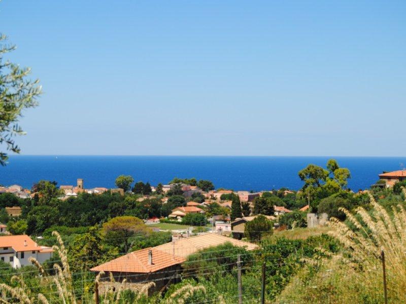 Freistehendes Ferienhaus mit Superblick auf Meer und Berge, ideal auch mit Hund, vacation rental in Castellabate