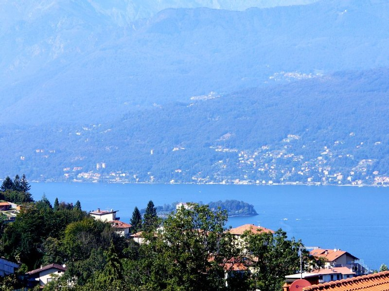'Casa Pedum'- gepflegte Ferienwohnung mit Panoramablick Lago Maggiore + Berge, holiday rental in Magognino