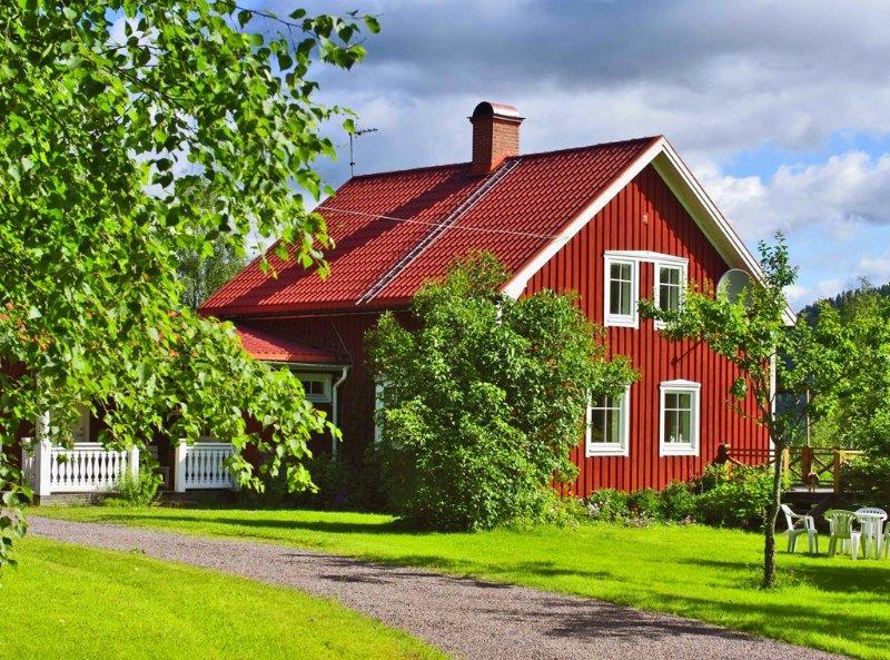 Idyllisches Schwedenhaus mit herrlichem See-Blick und 400 m eigener Uferlinie, aluguéis de temporada em Sunne
