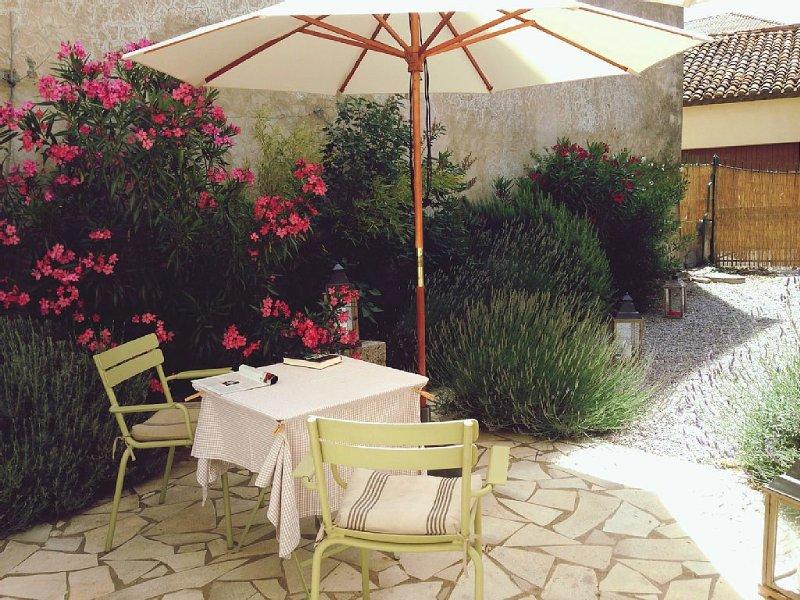 Dorfhaus mit Garten mitten in südfranzösischer Weinregion, 30 Min. zum Meer, holiday rental in Paraza