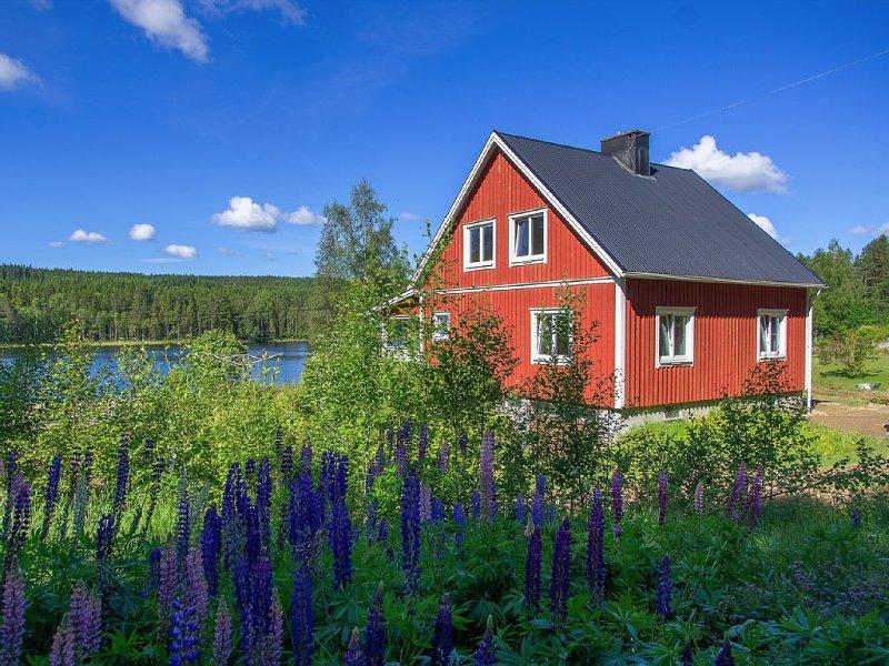 Sonnige Lage und Seegrundstück. 20 m bis zur eigenen Uferlinie und Bootsanleger, alquiler vacacional en Varmland County