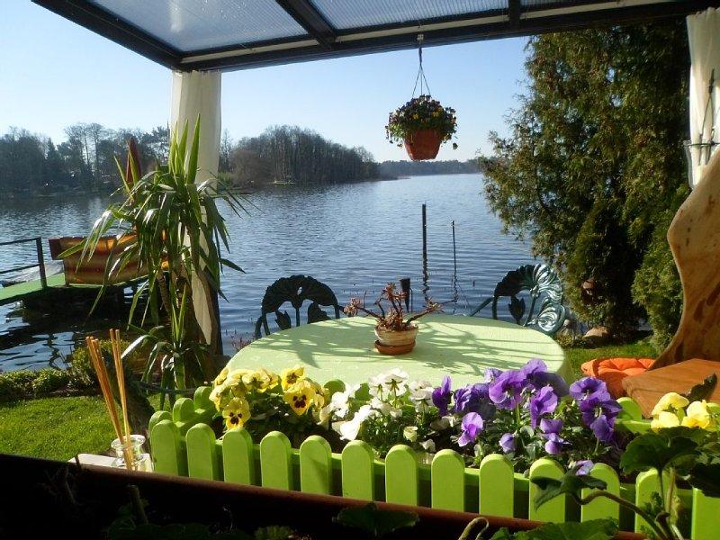 Idyllische Lage direkt am See (1,5m) mit eigenem Steg & Sitzecke' auf dem Wasser, aluguéis de temporada em Brandenburg