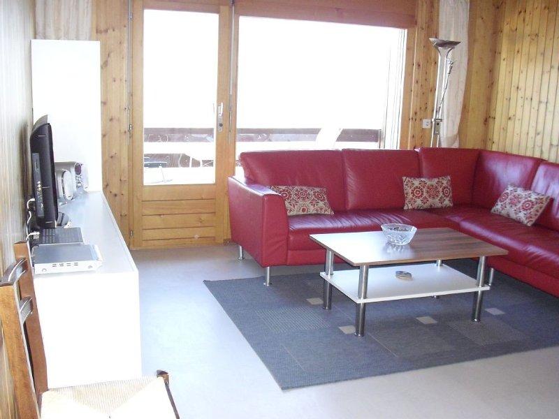 Wohnzimmer mit Balkon und Alpenpanorama