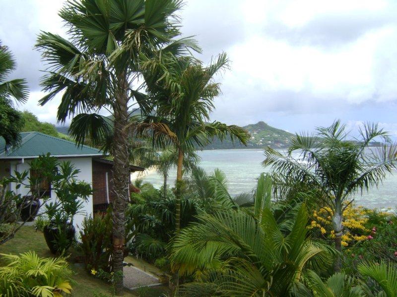 Einmalige Aussicht auf Ozean, Garten, Strand 3 Gehminuten, free WIFI, location de vacances à Île de Mahé