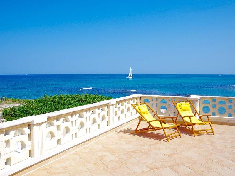 Charmante Ferienwohnung direkt am Meer mit fantastischer, gr. Panorama-Terrasse, casa vacanza a Costa Merlata