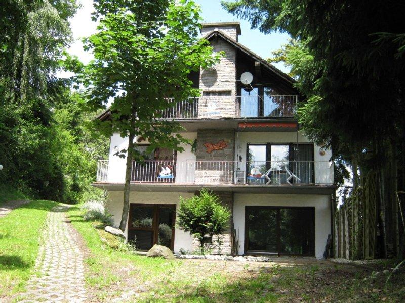 großzügige 3-Sterne-Ferienwohnung in der Vulkaneifel, Haustiere willkommen!, holiday rental in Oberscheidweiler