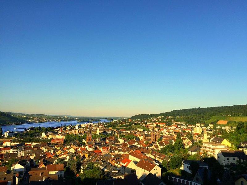 SCHÖNE PANORAMA WOHNUNG MIT ZUGANG ZU POOL UND SAUNA, Ferienwohnung in Grolsheim