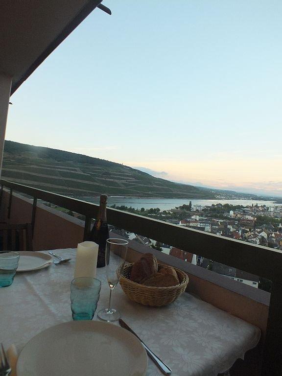 Tisch für ein romantisches Dinner auf dem Balkon.