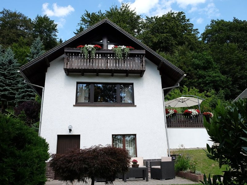 Ferienhaus mit traumhaftem Ausblick in ruhiger Lage und Pool, direkt am Waldrand, aluguéis de temporada em Turíngia