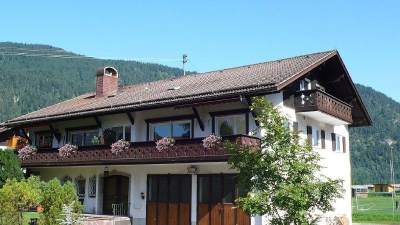 Großzügig Wohnen nahe Garmisch-Partenkirchen unter der Zugspitze, holiday rental in Farchant
