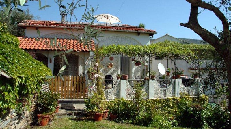 Ruhige Ferienwohnung mit einer sehr großen Dachterrasse, Meerblick, Internet, location de vacances à Caravonica