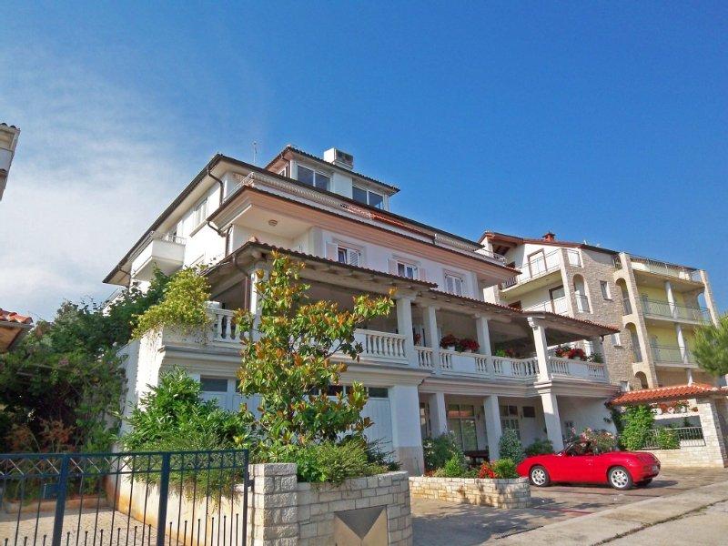 große Ferienwohnung mit Meerblick,300m vom Meer mit privatem Strandgrundstück, holiday rental in Pjescana Uvala