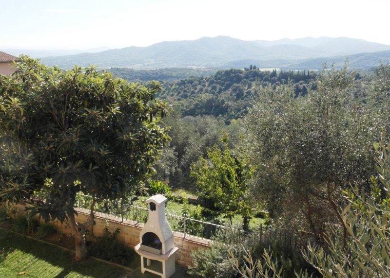 Sehr helles Haus mit Garten und Panoramablick in den Süden bis zum Meer, holiday rental in Tirli