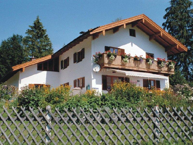 Ruhig gelegene 4 Sterne Ferienwohnung mit zwei getrennten Schlafzimmern, holiday rental in Upper Bavaria