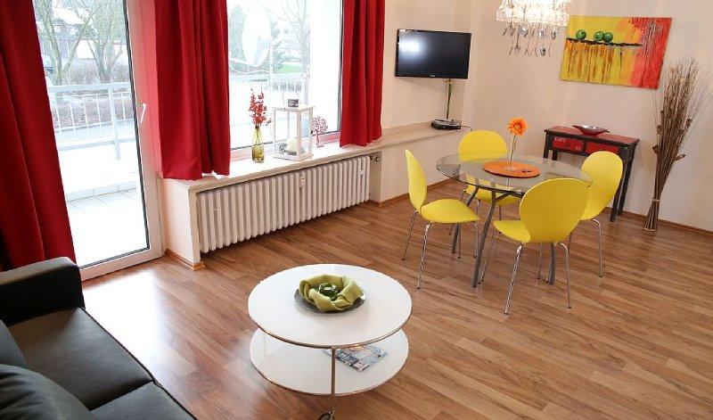 Die Wohnung ist geschmackvoll mit Designermöbeln und Kunstwerken eingerichtet