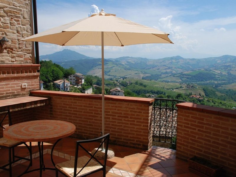 Apartment with excellent views in the old town, casa vacanza a Santa Vittoria in Matenano