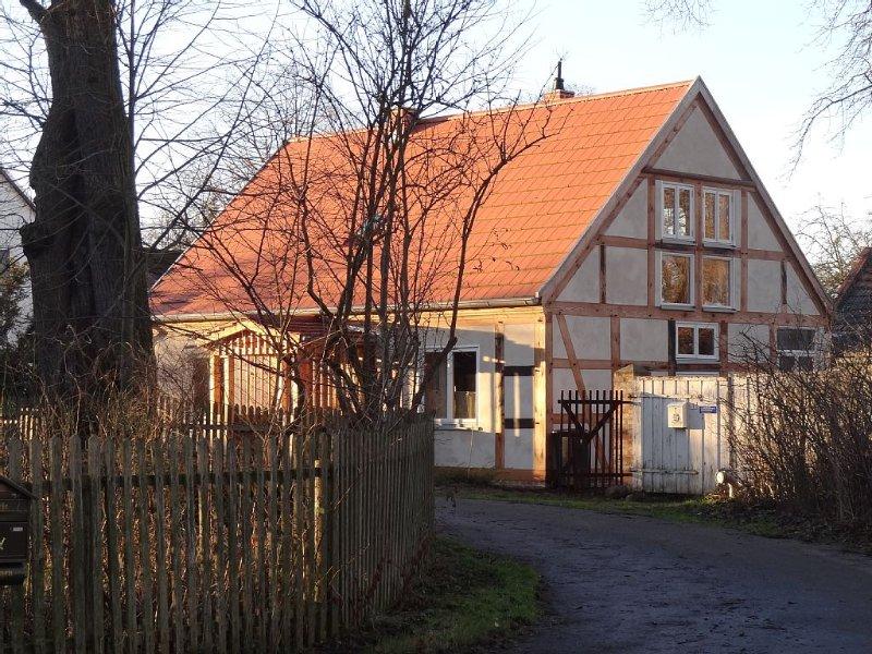 Gemütliches Ferienhaus in traumhafter Lage direkt am Fluss mit schönem Garten, aluguéis de temporada em Brandenburg