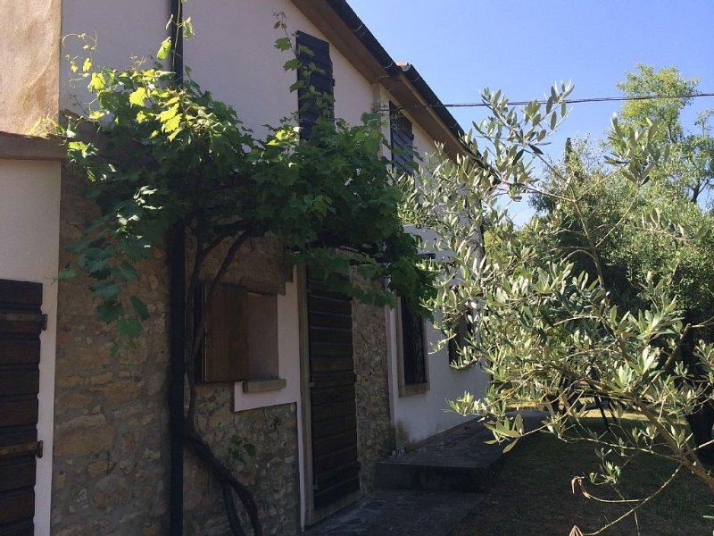 Komfortables Einfamilienhaus mit gr. Garten in Dorf- und Meernaehe, Haustiere, holiday rental in Montescudaio