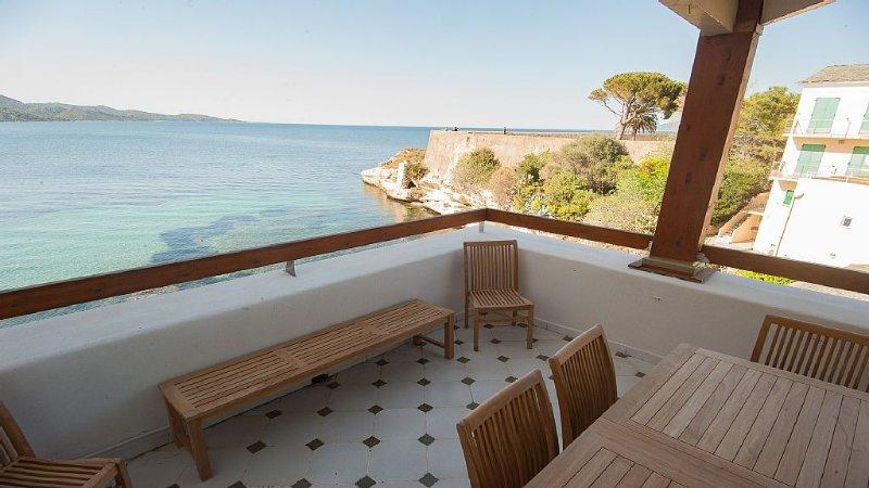 Maison climatisée et chauffée l'hiver accès direct à la mer, 2mn plage, holiday rental in Saint Florent