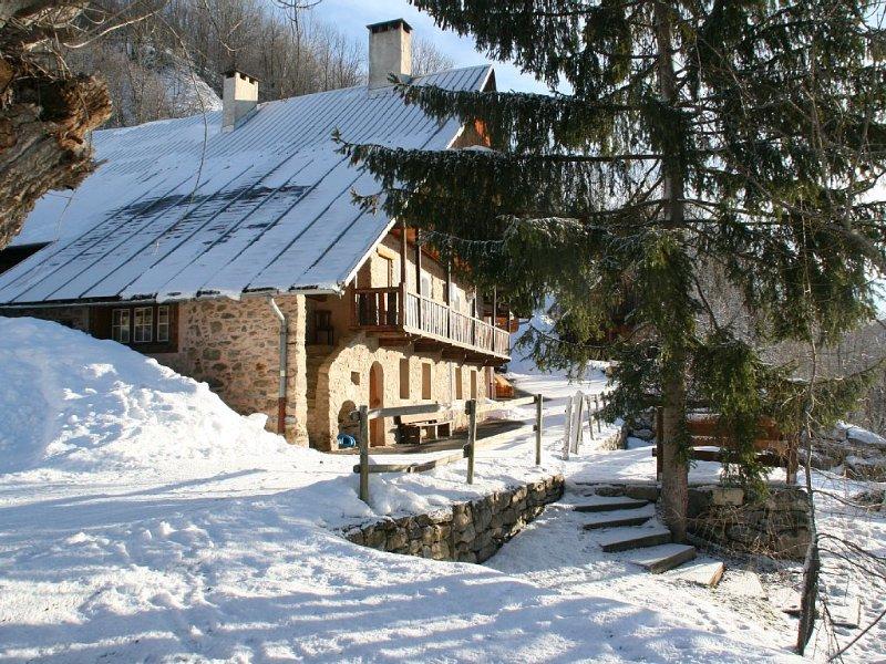Chalet restauré du XVIIIè s, calme et convivialité à 5 km des stations, holiday rental in Saint-Jean-de-Maurienne