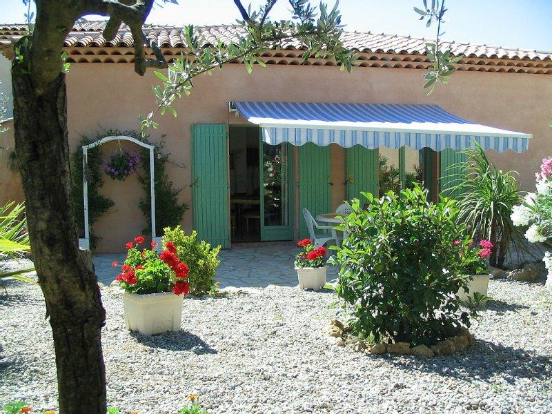 Maison, jardin fleuri et terrasse spacieuse, 4 personnes, 2 chambres, location de vacances à Lorgues