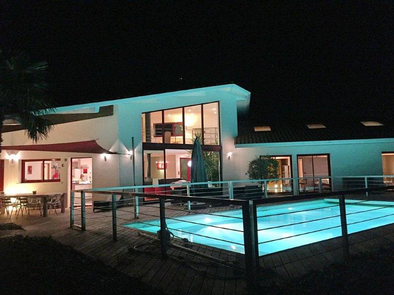 Proche Saint Jean de Luz, villa d'architecte avec vue exceptionnelle classée 4*, holiday rental in Urrugne
