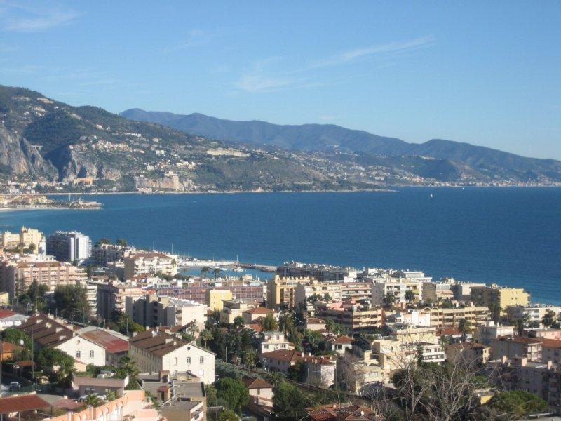 GRAND  2 PIECES  VUE PANORAMIQUE MER ET MONTAGNE A ROQUEBRUNE CA, vacation rental in Roquebrune-Cap-Martin