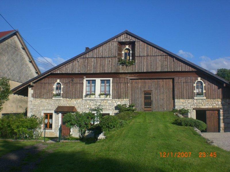 ancienne ferme comtoise rénovée à La Chenalotte, village à 20 km de la Suisse, holiday rental in Les Ponts-de-Martel