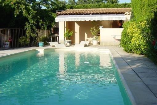 Gite climatisé 4pers avec piscine chauffée aux Taillades dans le Luberon, holiday rental in Taillades