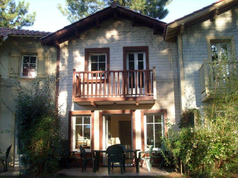 Maison résidence de vacances réputée piscine chauffée coeur pinède bordure golf, vacation rental in Lacanau