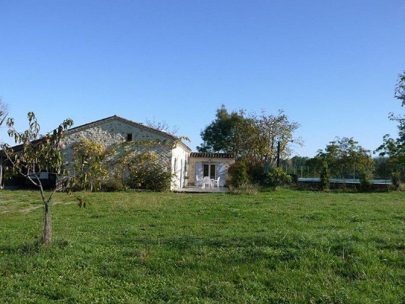 Fermette en pierre de plain pied 3 ch. avec piscine privative, location de vacances à Thézac