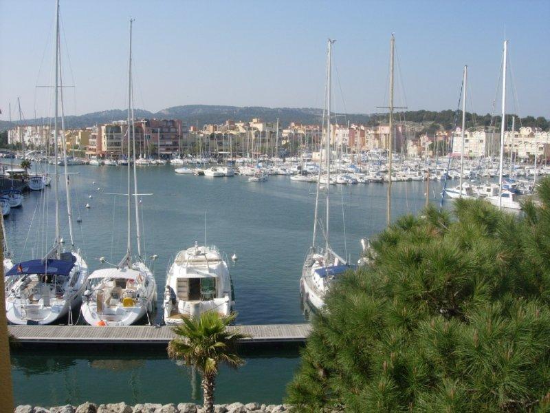 Gruissan (Aude) Appartement calme, vue sur port de plaisance -Emplacemt Parking, holiday rental in Gruissan