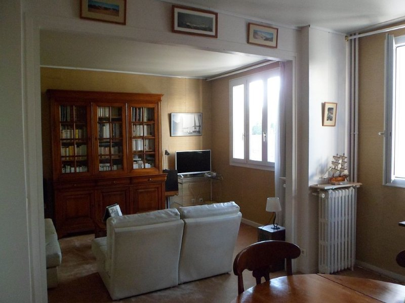 APARTMENT T2 - 50m2 - Spacious - Bright - Comfortable, vacation rental in La Plaine-Saint-Denis