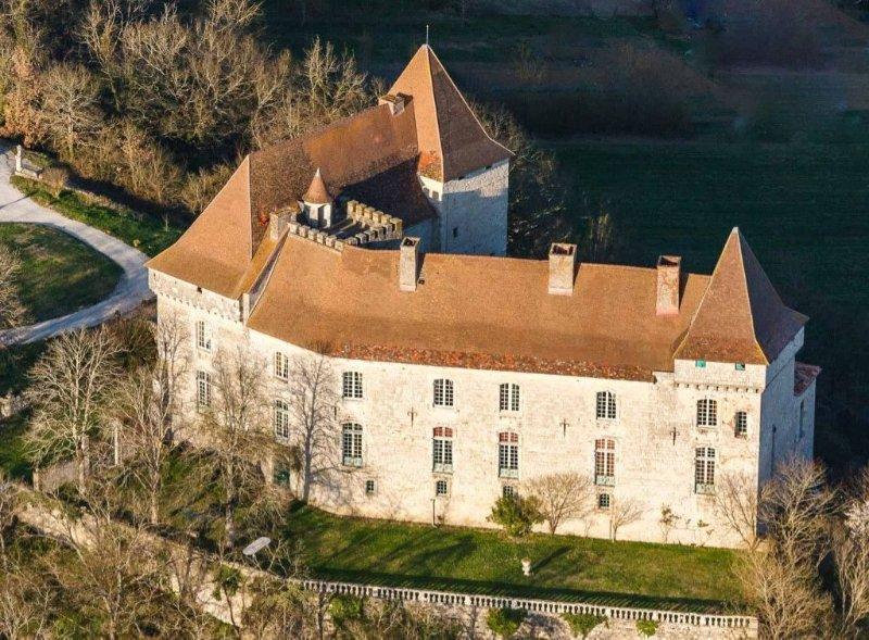 Vaste château Médieval et du XVIII siècle proche Toulouse - Moissac avec piscine, holiday rental in Saint-Arroumex