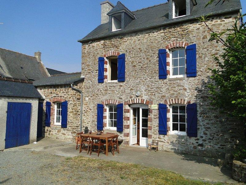 Charmante maison de caractère en Bretagne à 10km du bord de mer, vacation rental in Vilde-Guingalan