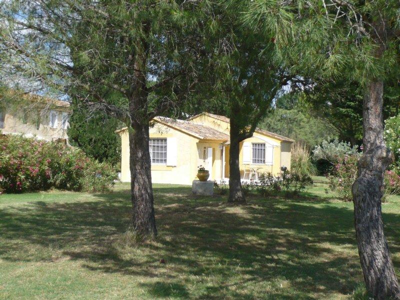 Maison individuelle climatisée avec jardin privée dans domaine avec piscine, aluguéis de temporada em Sylvereal