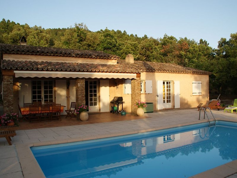 Mas provençal avec parc d'un hectare privé et piscine privative, holiday rental in Le Muy