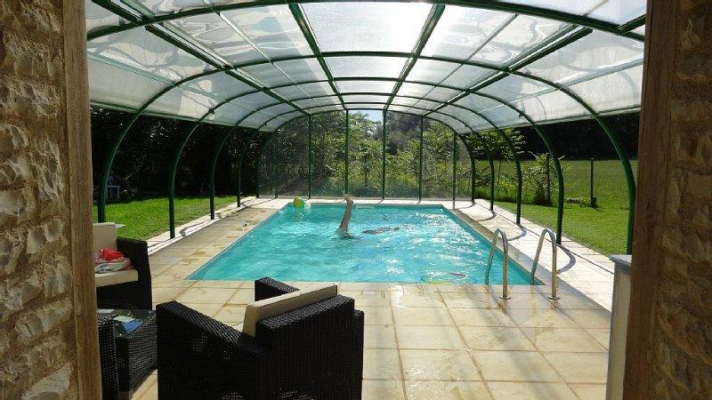 Maison en pierre avec piscine privée couverte,chauffée et sauna, holiday rental in Puylaroque