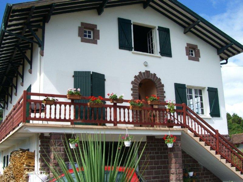 3 pièces moderne, confortable et au calme avec vue sur la citadelle, location de vacances à Gaindola