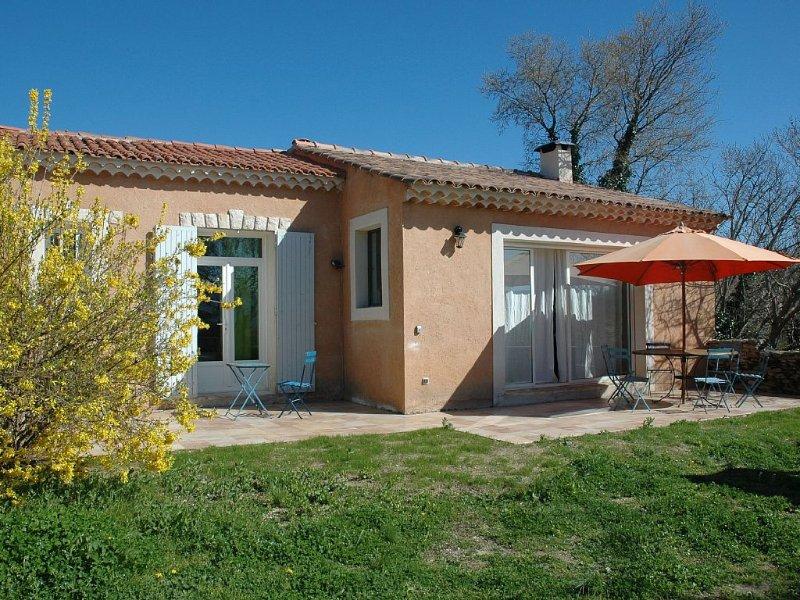 Maison lumineuse avec jardin, centre village, vue dégagée sur le Luberon., holiday rental in Cabrieres-d'Avignon