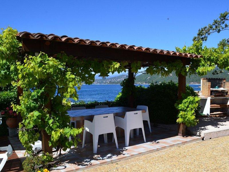 Maison indépendante face à la mer surplombant une petite plage., location de vacances à Corse-du-Sud