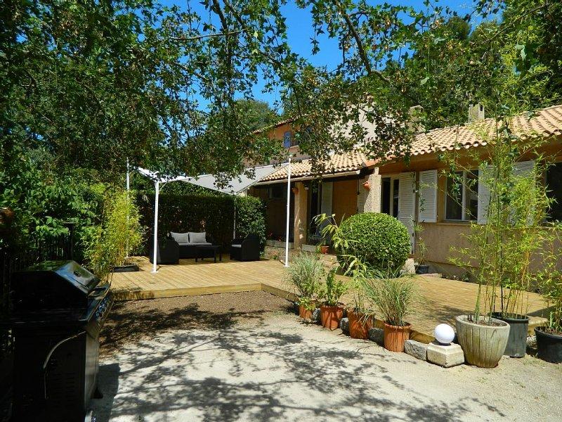 Au coeur de la Provence, maison au pied des collines entre Aix en Provence et Ca, holiday rental in Roquevaire